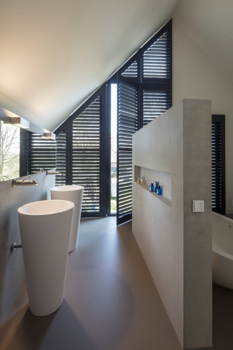 dark donkere angled shutters without center tiltrod also known as silentview in bathroom with bath